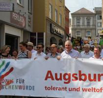 Wir demonstrieren gegen Nazis.