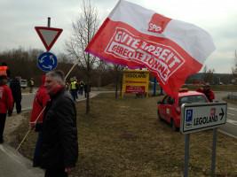 Demo beim Legoland in Günzburg für bessere Löhne.