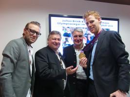 Bundestagsabgeordneter Martin Burkert und Landtagsabgeordneter Harald Güller mit den beiden Gold-Beachvolleyballern Julius Brink (links) und Jonas Reckermann in Berlin kurz nach den Olympischen Spielen.