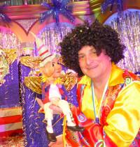 """Mit dem Kasperl aus der Augsburger Puppenkiste hab ich mich gut verstanden. Er fand mein Outfit richtig """"cool"""" - mir war unter der Perücke aber richtig heiß!"""