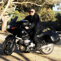 Harald Güller sitzt auf seinem Motorrad.