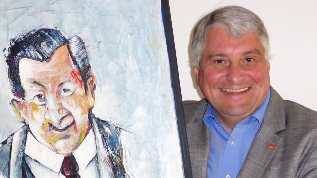 Harald Güller mit einem Porträt von Hans Breuer